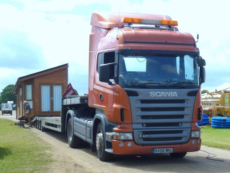 Scania R420 Hiline loading its trailer