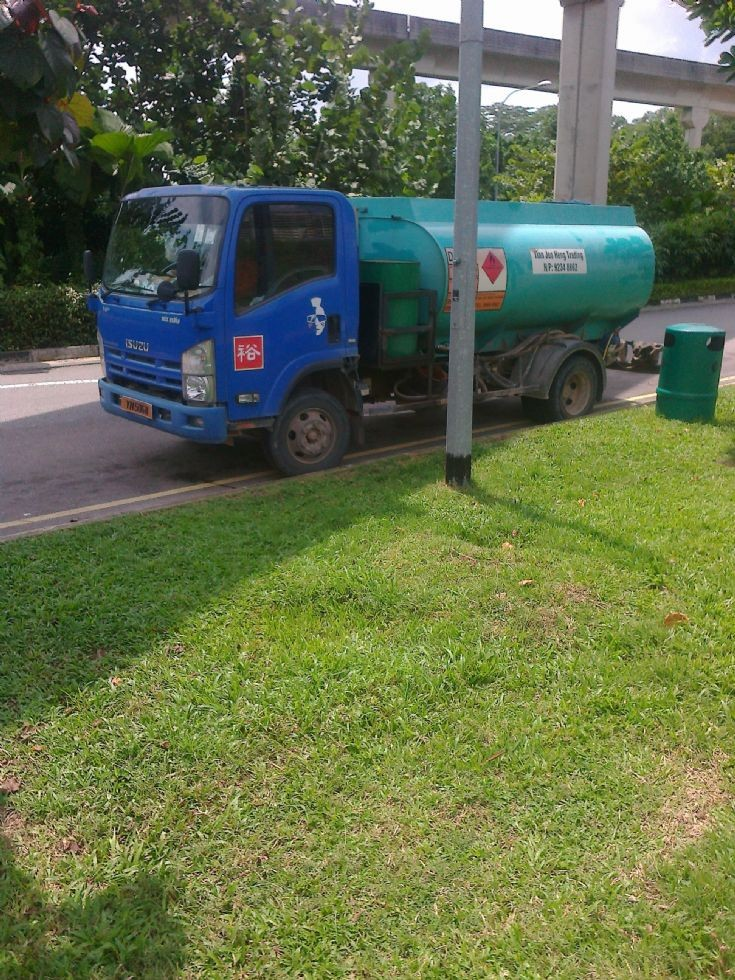Isuzu NP tanker truck