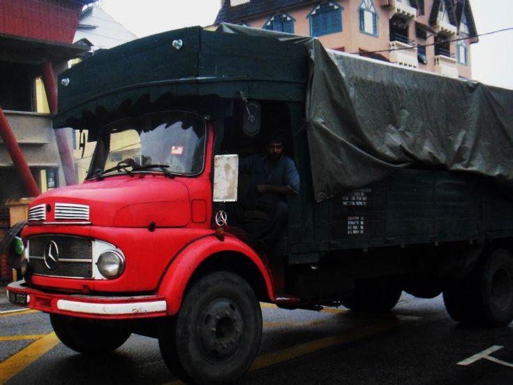 Truck photos old mercedes cargo truck for Old mercedes benz trucks